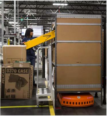 亚马逊在纽约建配送中心 员工与机器人一起工作