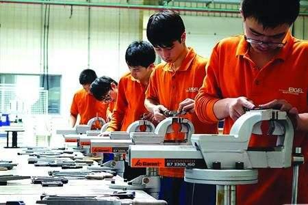 国家鼓励企业参与举办人工智能等学科的教育