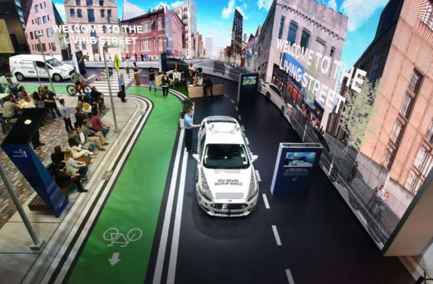 【CES 2018】不只造车也要推平台服务,福特携手 Postmates 用无人驾驶汽车送快递