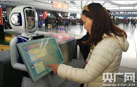 """火车站迎来""""机器人志愿者"""" 助力温暖回家路"""