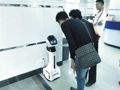 """机器人现身三亚车管所 """"黄牛""""真心不好""""混"""""""