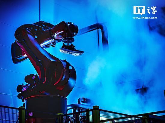 阿迪达斯开新机器人工厂:百名人类员工