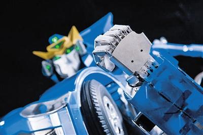 """机器人分分钟变汽车 现实版""""变形金刚""""问世"""