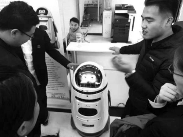 """科技让群众""""最多跑一次"""" 首个公证服务机器人在郑州""""上岗"""""""