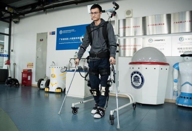 中国科学家利用外骨骼机器人帮助残疾人行走