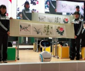 """智能机器人首进高中课堂当""""助教"""":秒回问题、当堂点评……"""