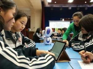 """智能机器人首进高中课堂当""""助教"""" 秒回问题 当堂点评"""