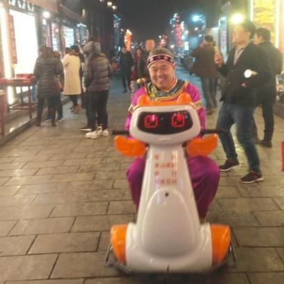 平遥古城推出机器人导游 可伴游还可骑行