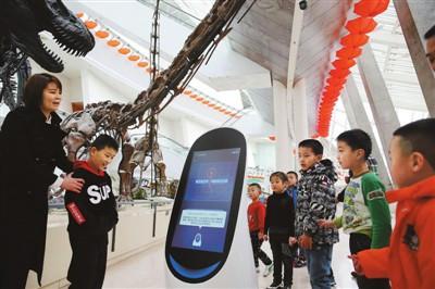 天津自然博物馆机器人讲解员吸引参观者目光