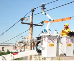 单臂人机协同配网带电作业机器人在天津成功应用