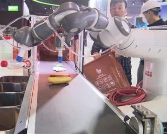 垃圾分类机器人亮相进博会 扔垃圾不再烦恼