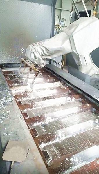 """兰州理工大学""""有色金属浇铸过程中清渣机器人技术""""——特种机器人填补国际行业空白"""