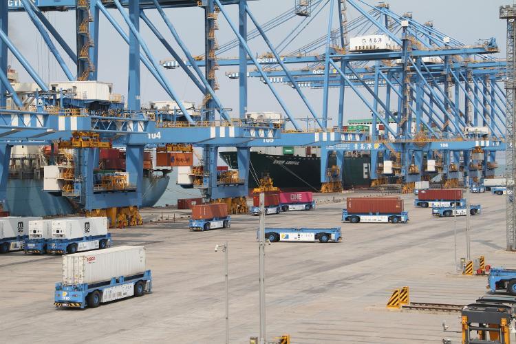 国内首台出口海外的大型港口重载移动机器人发往新加坡港