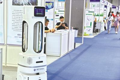 中国物资助力全球抗疫:机器人杀毒速度领先全球口罩防护服销售仍然火爆