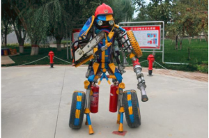 """消防员用报废零件打造成""""消防机器人"""""""