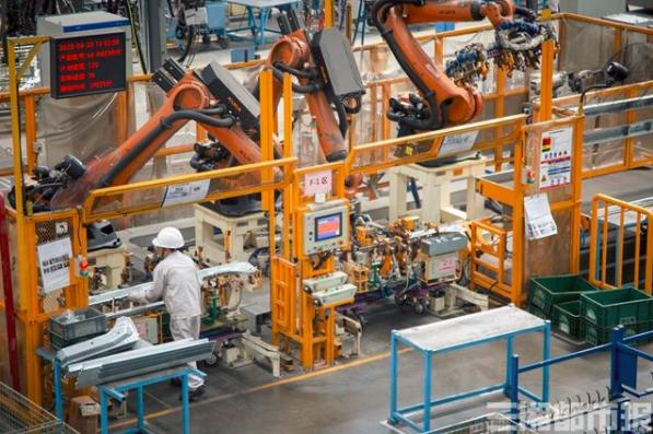 """走近新职业 工业机器人系统运维员:让机器人有了""""十八般武艺"""""""
