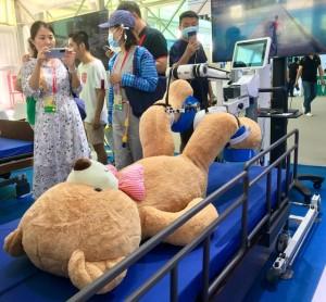 """中国科技赋能――战""""疫""""机器人的故事"""