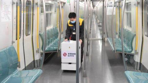 京港地铁试用智能双氧水雾化消毒机器人